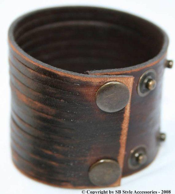 CARACTERÍSTICAS DE LA PULSERA DE CUERO  PRODUCCIÓN;  Se produce la pulsera de cuero de primera clase. Fabricarlos en mi propio taller.  COMPONENTES DE METAL  Los componentes de metal en la pulsera se hacen del material a prueba de herrumbre.  COLOR Y EL ANCHO;  Color de la pulsera se usa marrón. Ya que la pulsera es totalmente hecho a mano pueden producir algunas diferencias de menor color. Su anchura es de 2 pulgadas (5 cm).  INFORMACIÓN DE TAMAÑO;  Necesito la medida de tu muñeca…