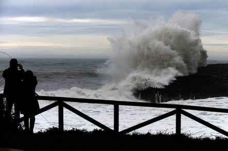 """""""Stephanie"""" ya está aquí. La nueva ciclogénesis explosiva llega a Galicia y pone en alerta a 44 provincias por oleaje, viento y lluvia. Hay alerta amarilla por riesgo de nieve en 15 provincias del norte y centro peninsular."""