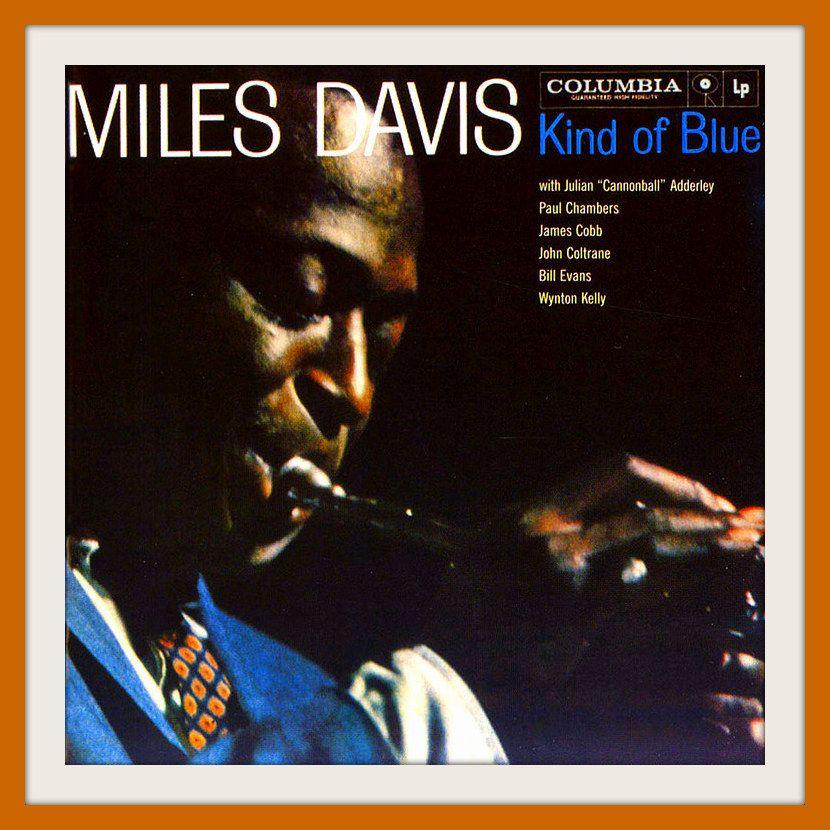 """1. Miles Davis, Kind of Blue Miles fue la piedra angular de distintos momentos en la historia del jazz, pero su obra definitiva fue la que abrió el camino al jazz modal. Aunque esta forma de improvisar en realidad comienza en el disco Milestones, es hasta este disco cuando se desata por completo la improvisación sobre un par de acordes. Una grabación fundamental porque, además del trompetista, participan también John Coltrane, Julian """"Cannonball"""" Adderley, Bill Evans y Paul Chambers."""