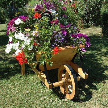 La r cup 39 au jardin chariots et brouettes fleuris brouette en bois brouette et jardins - Brouette de jardin en bois ...