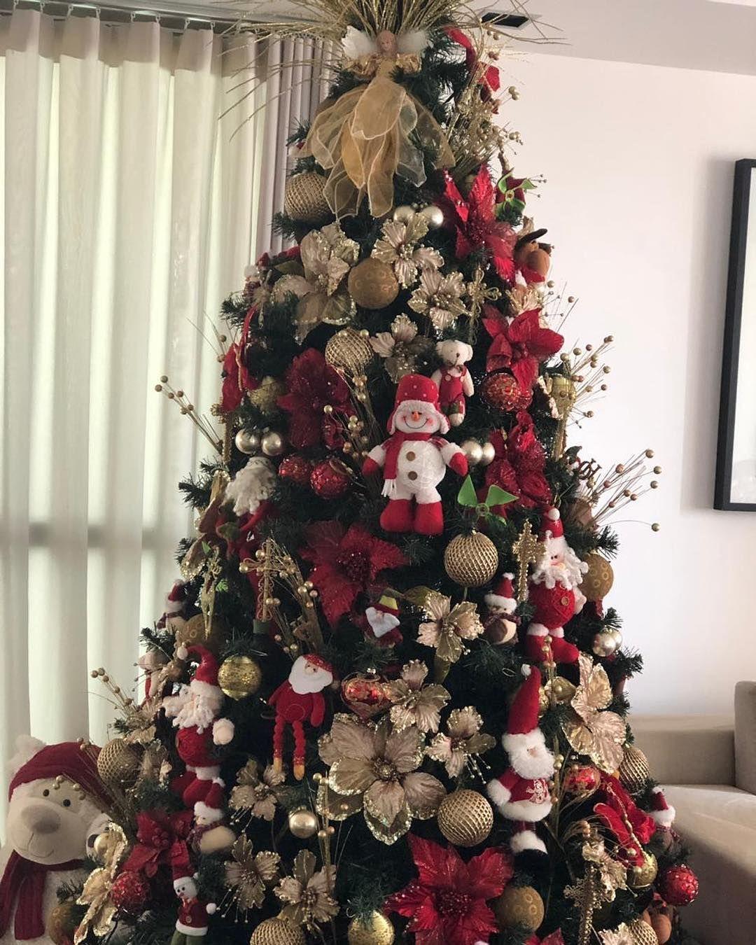 Uma Arvore De Natal Bem Classica Com Muito Vermelho E Dourado