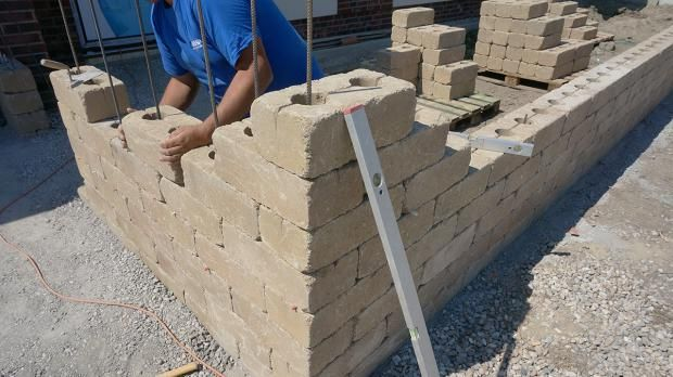 Gartenmauer selber bauen - Das Errichten einer Betonsteinmauer