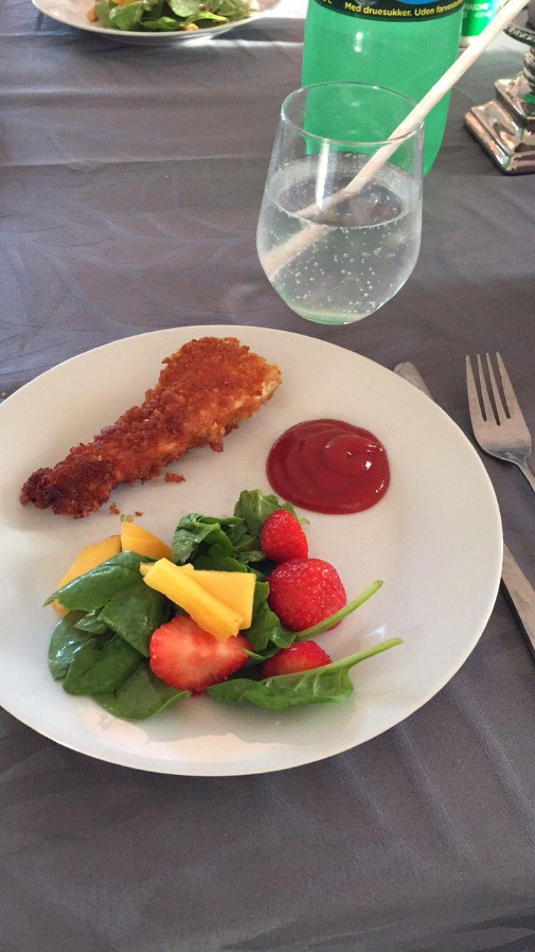 Sprød kylling med sommersalat.   Sprød kylling  Vendt i æg, derefter cornflakes og rasp.   Sommersalat Mango  Spinat Jordbær