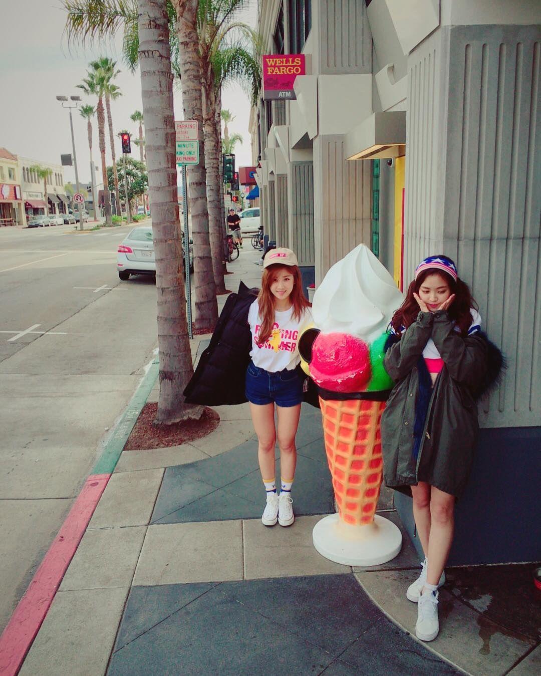 Apink´s chorong and naeun