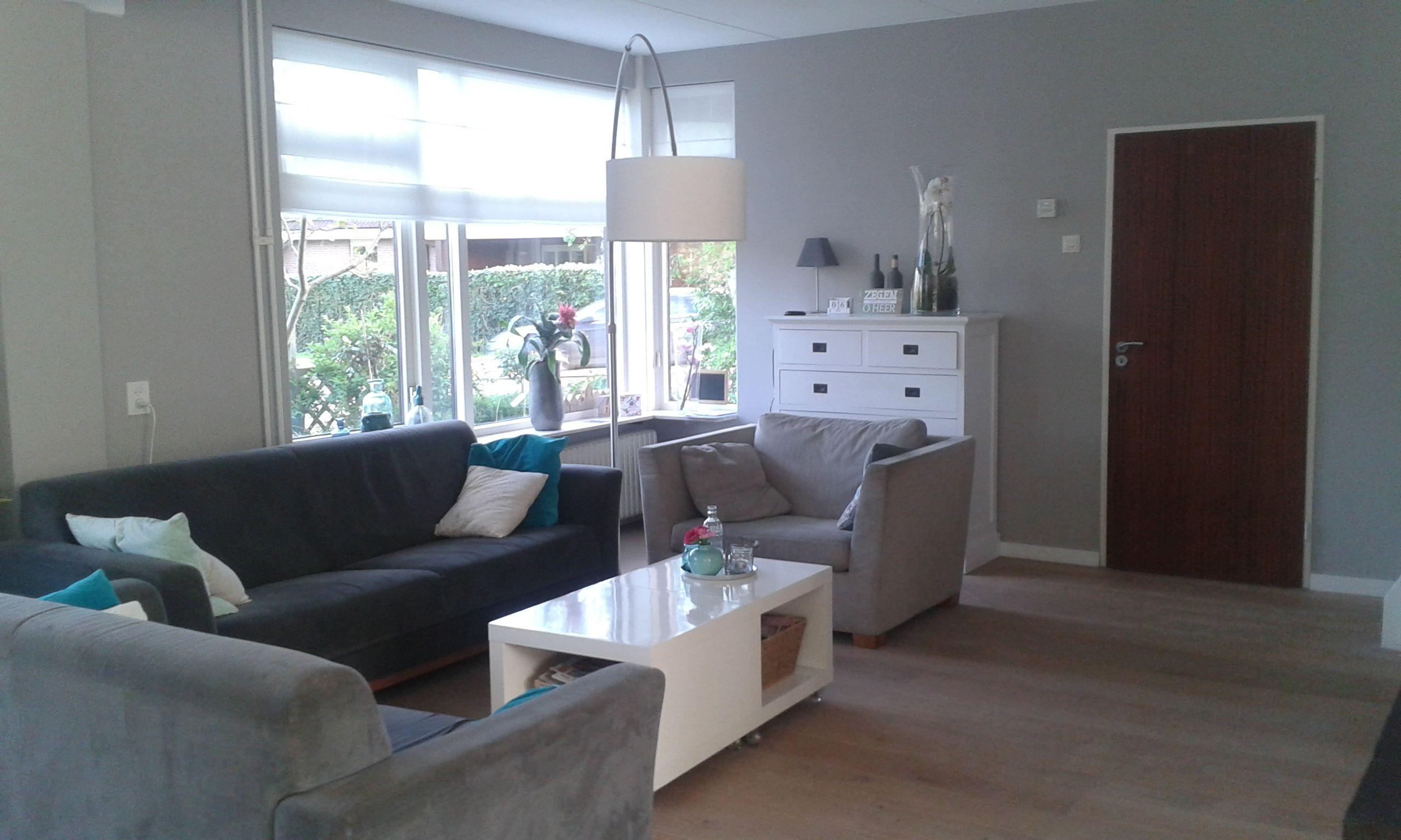 woonkamer met grijs/taupekleurig behang geworden, taupe love-seat ...