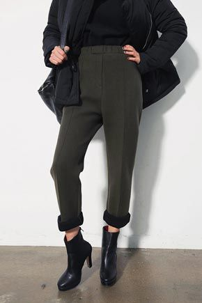 Stylenanda Colored Thick Fleece Lined Banded PantsDiscover and explore your personal style with these fleece-lined elasticized waist pants.Ideally paired with a sweater and boots for a chic, laxedwinter look. With cropped hem, pleated center, slit pockets in the back, and an overall loose leg fit. Style with a shirt and jacket.