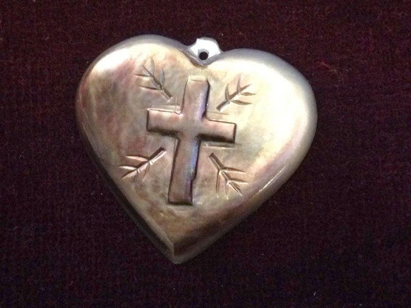 Mère de perle coeur et croix par lesjardinsdeleanor sur Etsy, $45,00