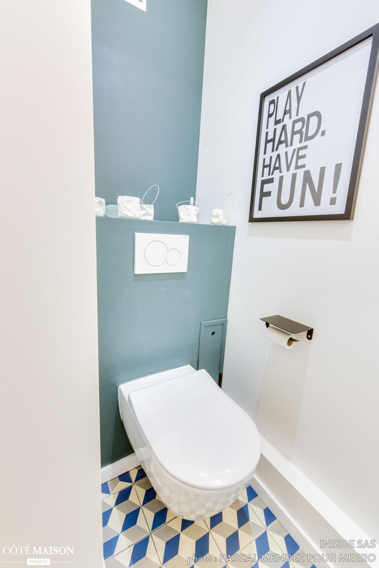 Le Mur Bleu Et Les Carreaux De Ciment Donnent Beaucoup De Cachet Aux Wc Relooking Toilettes Decoration Salle De Bain Idee Deco Toilettes