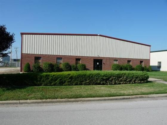 8000 Sq Ft 14 Foot And 12 Foot Insulated Overhead Doors 20 Ft Peak Halogen Lighting 3 Half Baths 2 Service Doo Metal Buildings Overhead Door Halogen Lighting