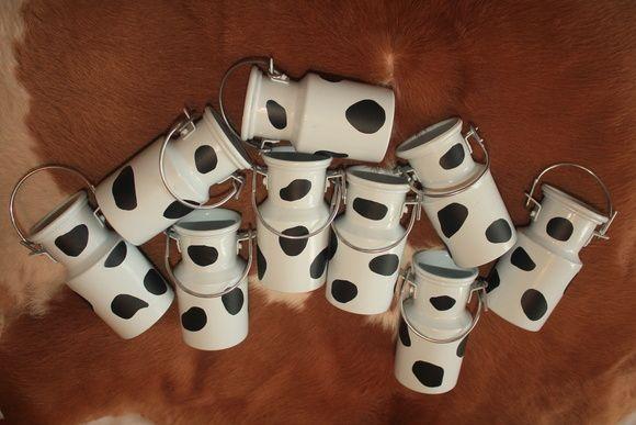 sob encomenda = 15 dias úteis após a identificação do pagamento  PEDIDO MÍNIMO = 10 unidades  Mini Leiteira 250ml de Vaquinha  - Colorida ou branca - vc escolhe a cor da leiteira - Manchas de vaca = marrom, branca ou preta - Acompanha tampa e alça - Material = alumínio R$ 11,99