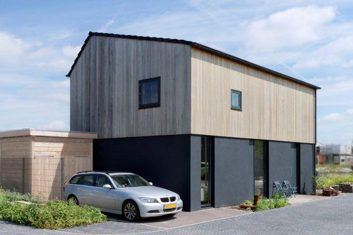 Stucwerk Gevel Op De Begane Grond In Combinatie Met Duurzame Platowood  Houten Planken Op De Verdiepingsgevel