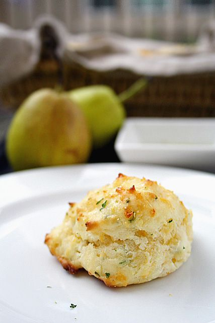 Red Lobster Biscuits recipe:2 cups Bisquick biscuit mix  2/3 cup milk  1/2 cup cheddar cheese (shredded)  1/4 cup butter (melted)  1/4 teaspoon garlic powder  1/4 teaspoon dried parsley