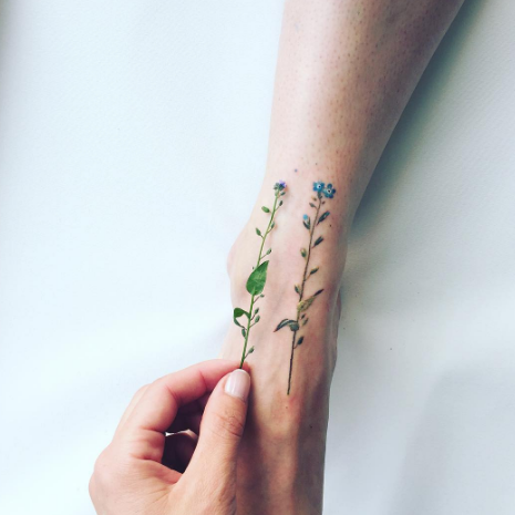 Can't get over how cute this small flower tattoo is; Pis Saro is seriously talented.