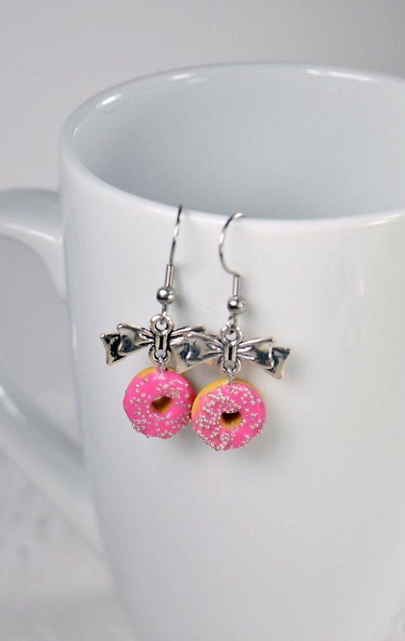 Boucles d'oreilles donuts, petits beignes en polymère Fimo, boucles pendantes avec boucle en métal, donuts Fimo rose et microperles argent