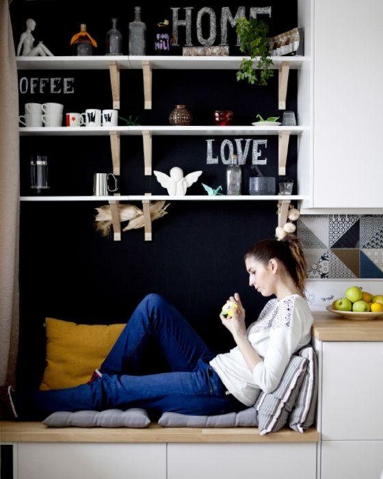 Um banco com arrumação, com almofadas por cima, permite que os seus convidados mantenham-se por perto enquanto cozinha