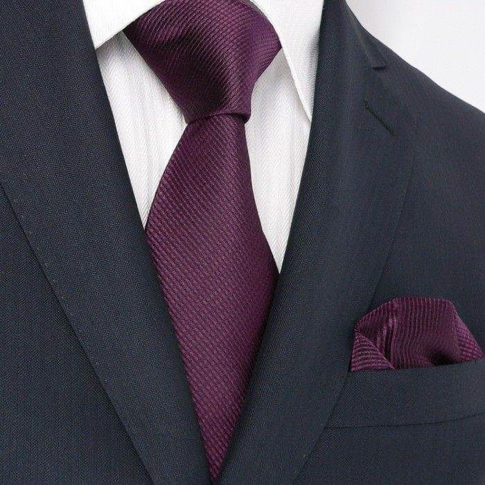 FRÍO OPACO: traje azul marino, camisa blanco suave, corbata vino ...