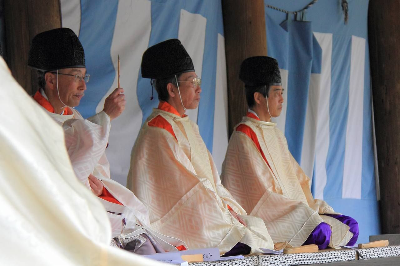 Men dressed in kariginu.