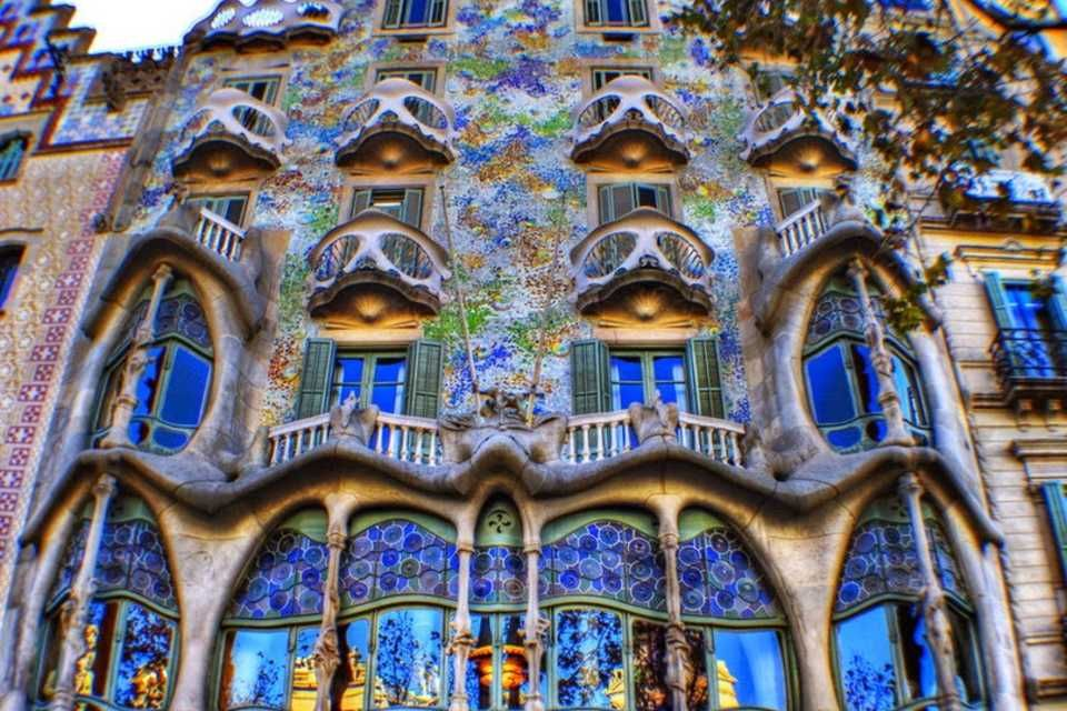 Discover Barcelona Islamic Heritage Article With Our Recommendation About Barcelona Sightseeing And Halal Restaurants Islamic Heritage Sightseeing Casa Batllo