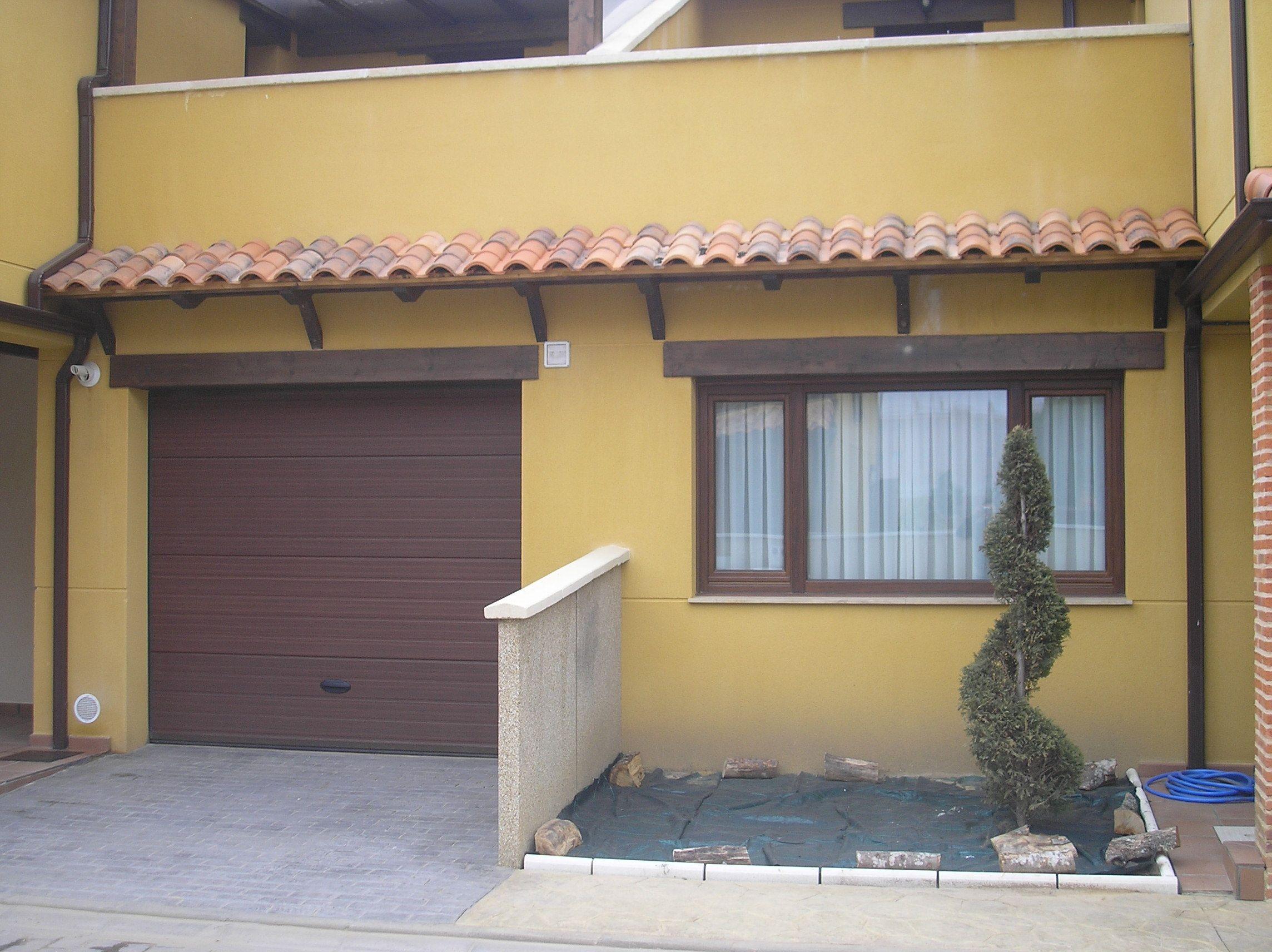 Los aleros o tejadillos protegen las puertas y ventanas de - Puertas de terraza ...
