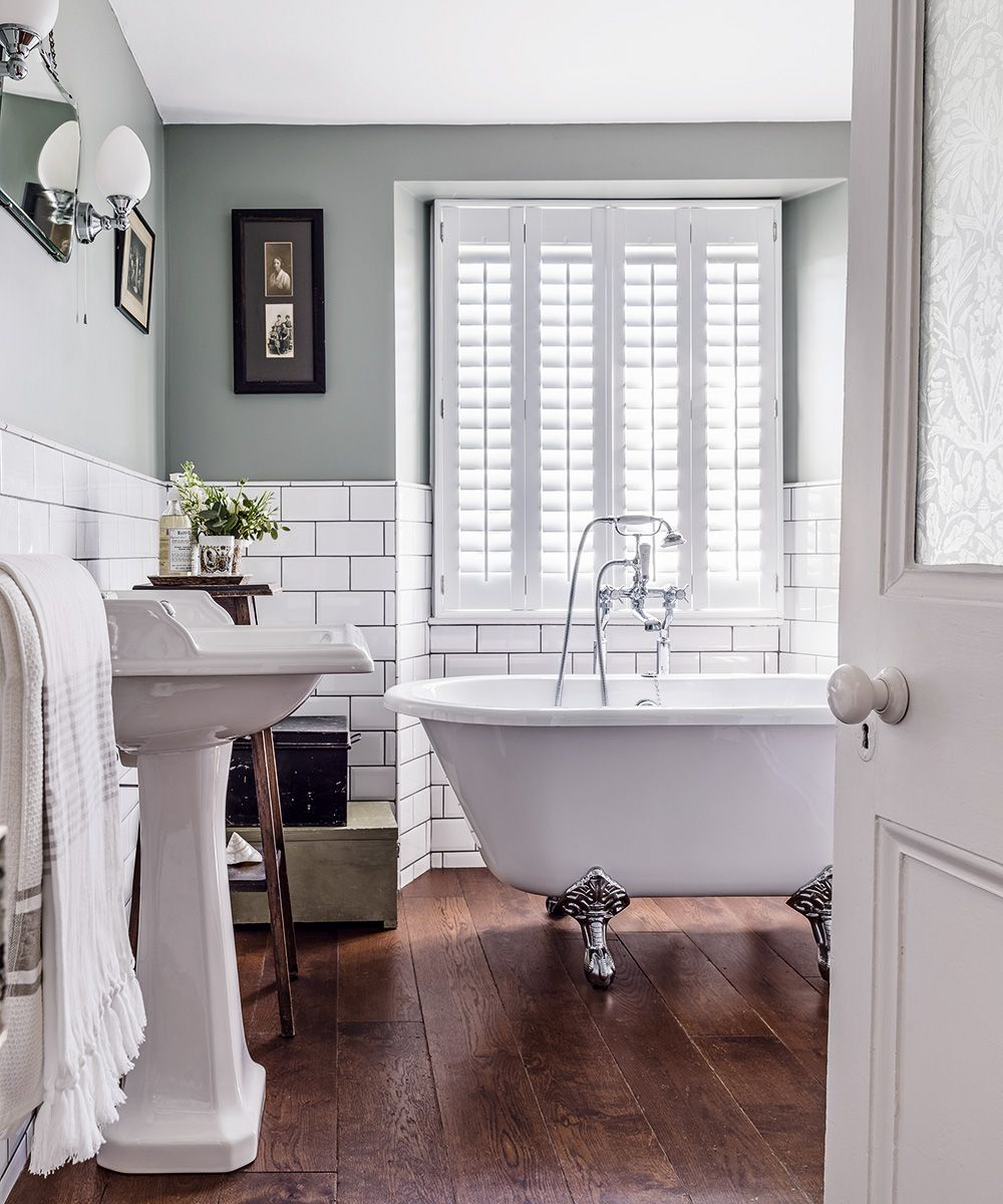 How To Make A Small Bathroom Look Bigger Small Bathroom Ideas Traditional Bathroom Designs Bathroom Interior Design Traditional Bathroom