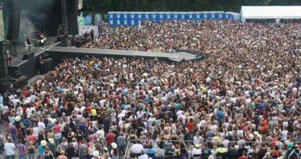 """10 000 Fans feierten ihre Stars auf dem Festplatz an der Hainallee. Auf der Bühne bot """"Sunrise Avenue"""" eine professionelle Show, zu der natürlich auch die Einspielungen auf den Leinwänden gehörte."""