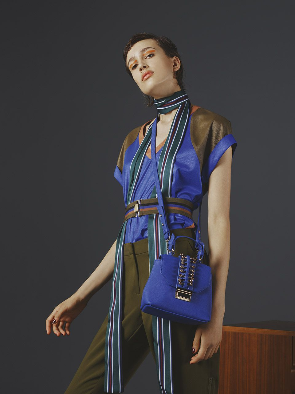 9f91d577ce  ElectricWood  woman  FW2017  collection  Sisley  fashion  trend   Sisleyfashion  satchel  blue  shirt  scarf