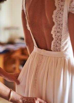 La mariée dans une robe bohème et un bouquet sauvage. Mariage en plein air hipster …