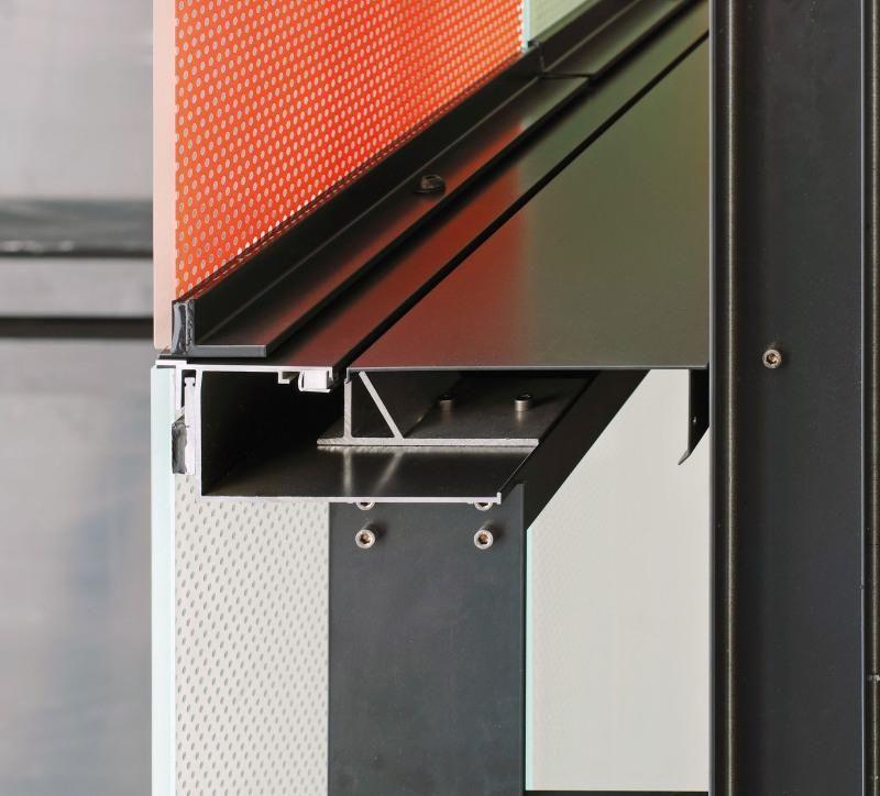 """8. Interfacce tecniche del sistema a doppio involucro. I profili montanti dei componenti di facciata sostengono l'intelaiatura a mensole sporgenti verso le cornici definite, nella porzione di intradosso dell'imbotte, dalla configurazione scatolare a """"U"""" per il passaggio del giunto di regolazione delle lastre rotabili e per l'appoggio del carter di chiusura in lamiera di alluminio."""