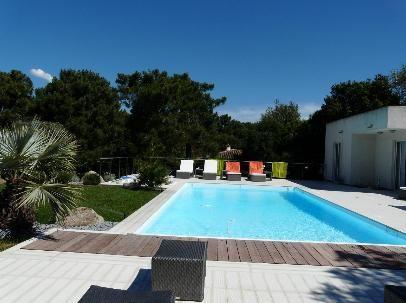 Cette villa du domaine de Cala Rossa, contemporaine, avec piscine - location maison avec piscine dans le var