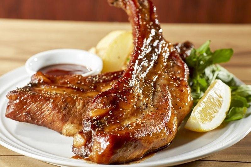 Le costine di maiale al forno con la birra sono un secondo piatto semplice e goloso. Ecco la ricetta e la variante con salsa barbecue e patate