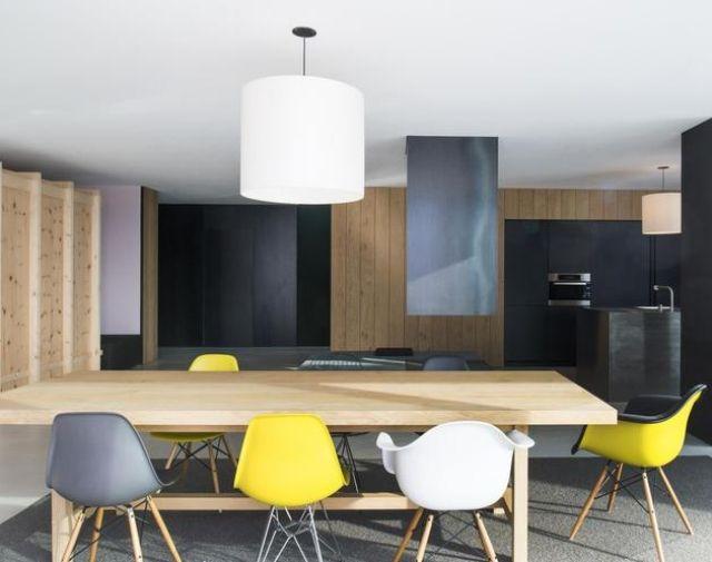 Farbgestaltung-im-Essbereich-Holztisch-Bunte-Küchenstühle-Kochinsel ...