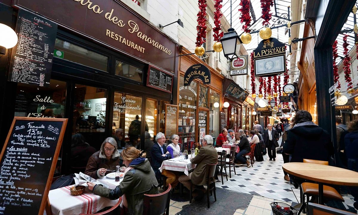 Je Suis En Terrasse parisians rally to cafes and bars to defy isis after terror