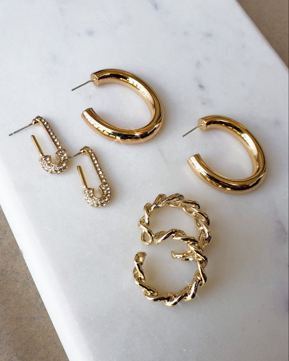 #jewelry #goldjewelry #smallbusiness #latinaowned #trendy #affordablefashion #chainring #chunkyhoops #goldhoops #hoopearrings #safetypinearrings