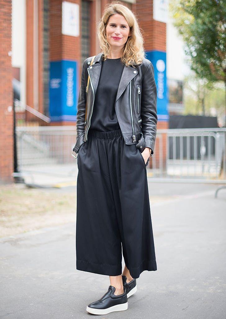 0f1b158fdac mujer vestida con camisa negra pantalón negro chaqueta negra