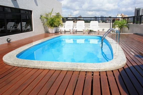O deck de madeira para piscinas bastante utilizado em for Modelos de piscinas cuadradas