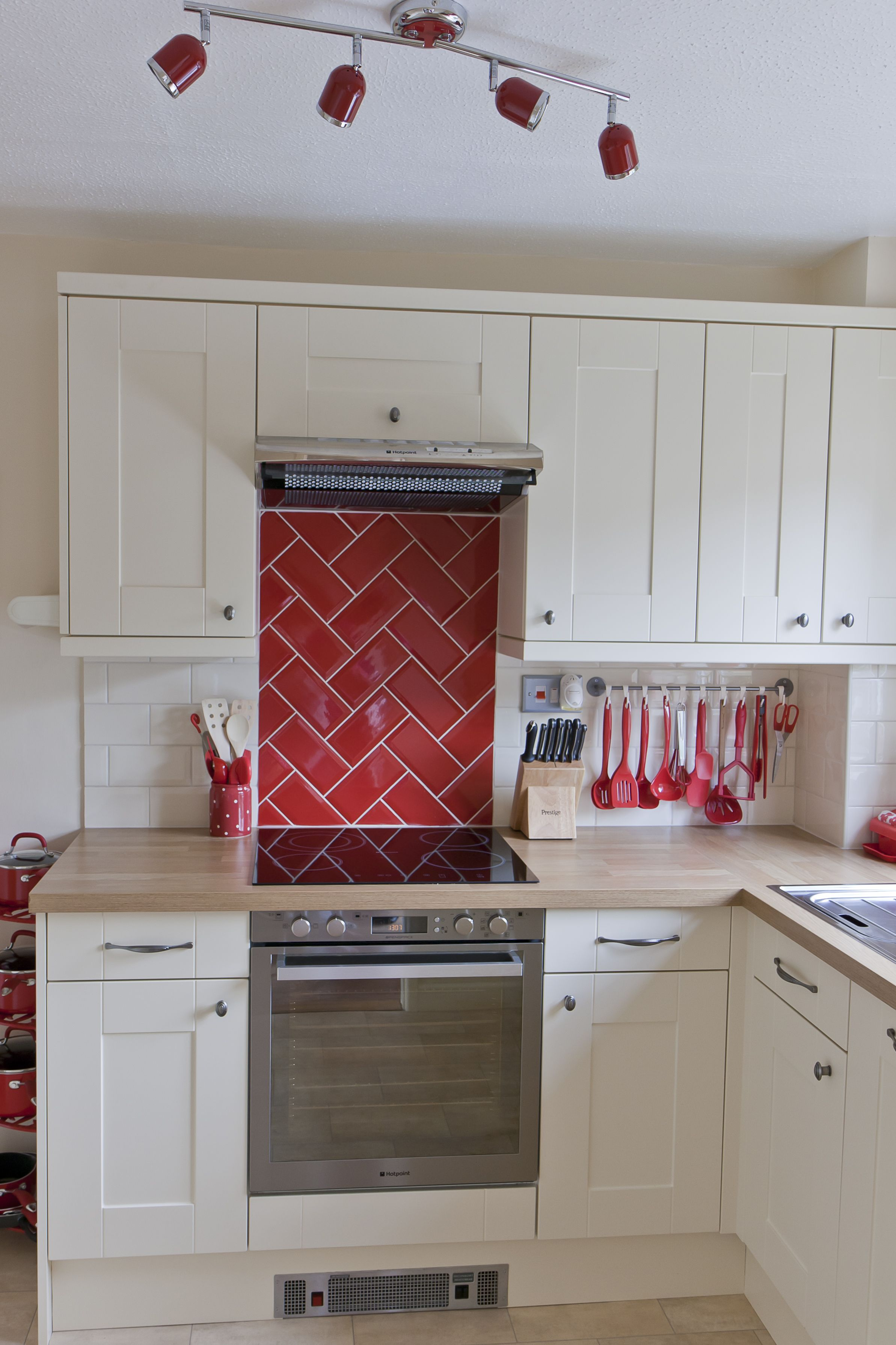 Cream shaker country style kitchen red metro tile for Metro tiles kitchen ideas