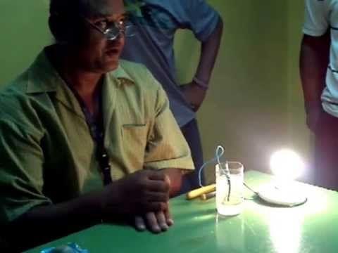 El Profesor inventado con agua,sal,bombillo y luz.