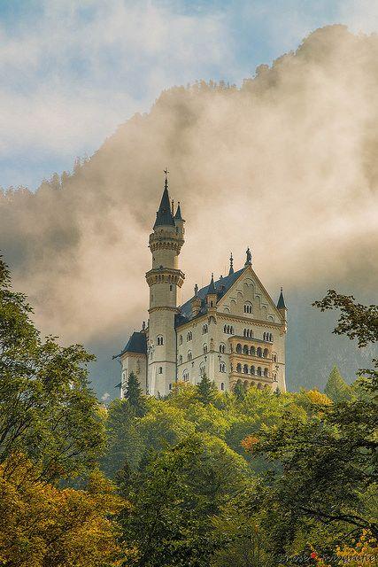 Schloss Neuschwanstein Sonnenaufgang und leichter Nebel by S.Rose Fotografie on Flickr.
