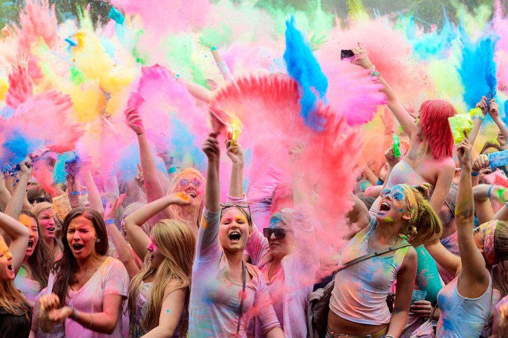 Nel dirompente sprigionarsi di colori si racchiude un inno alla gioia, all'energia, alla vita e all'abbattimento di quelle barriere create dagli stessi esseri umani che si separano dagli altri in base alla religione, la razza, la nazionalità e il ceto sociale.