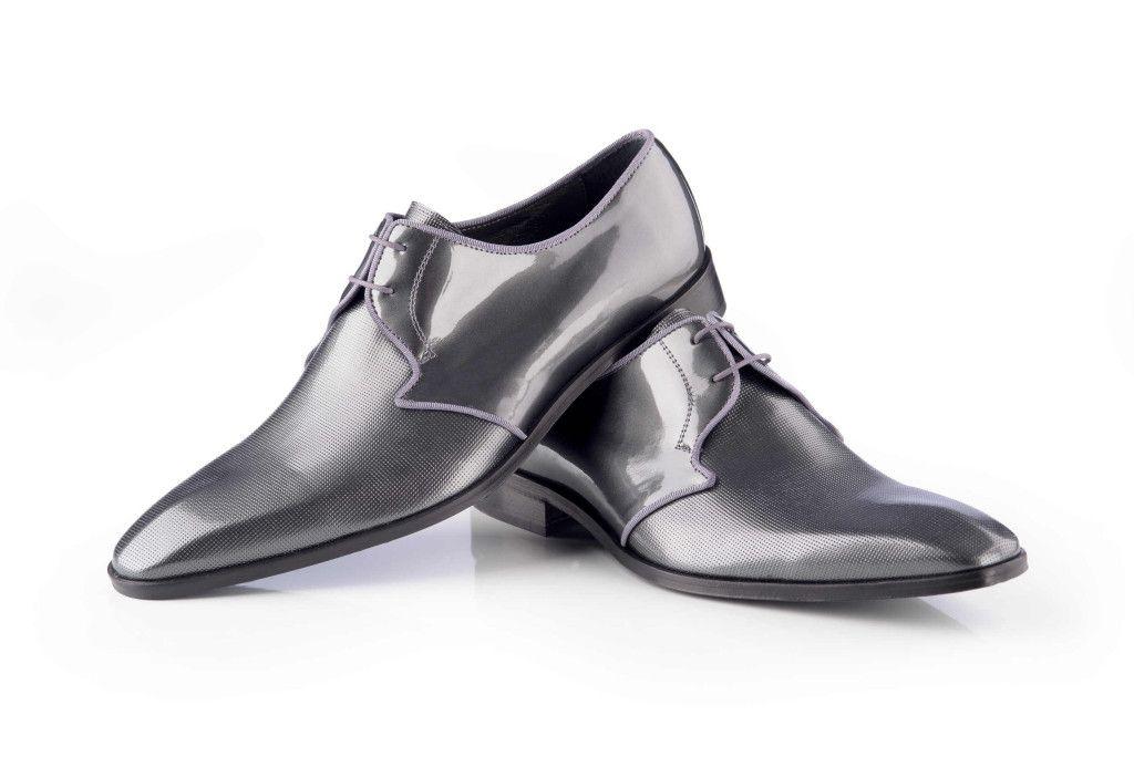 c22f94b3432d4 Elegantes zapatos negros de traje con un toque clásico. Conoce todos  nuestros complementos en www.enzoromano.com