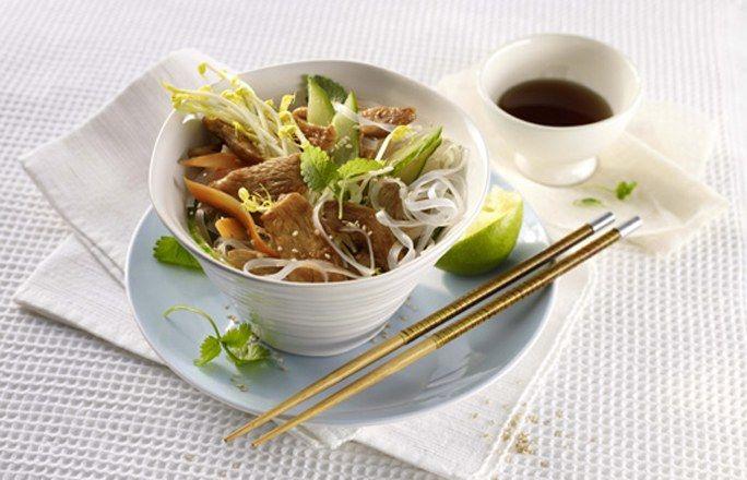 Hähnchen-Glasnudel-Salat mit Gurke und Sprossen - 10 kalorienarme Rezepte mit maximal 500 kcal - gofeminin