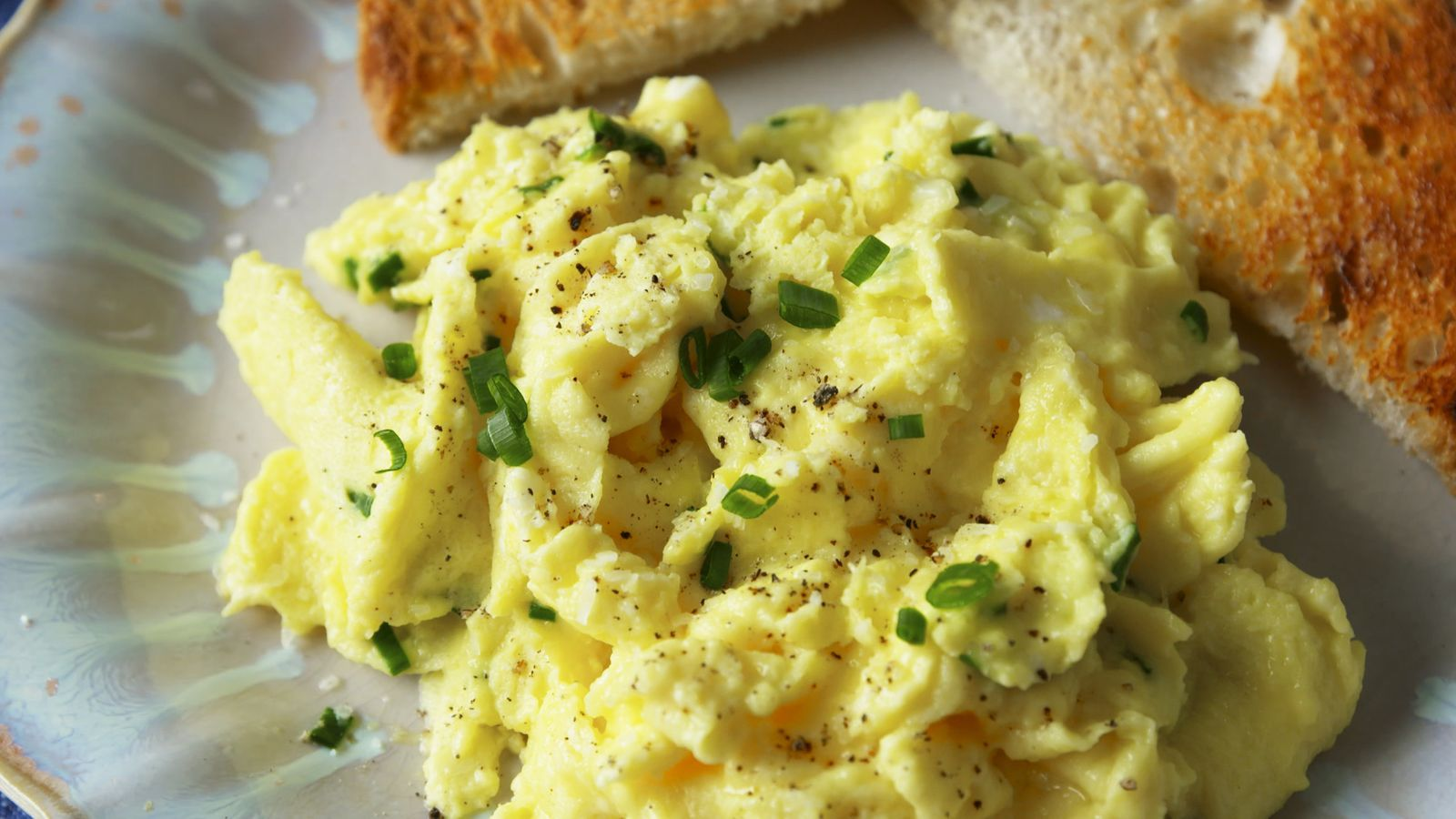Here S How To Make Super Creamy Scrambled Eggs With Ingredients You Have In Your Fridge Recipe In 2020 Scrambled Eggs Recipe Recipes Best Scrambled Eggs