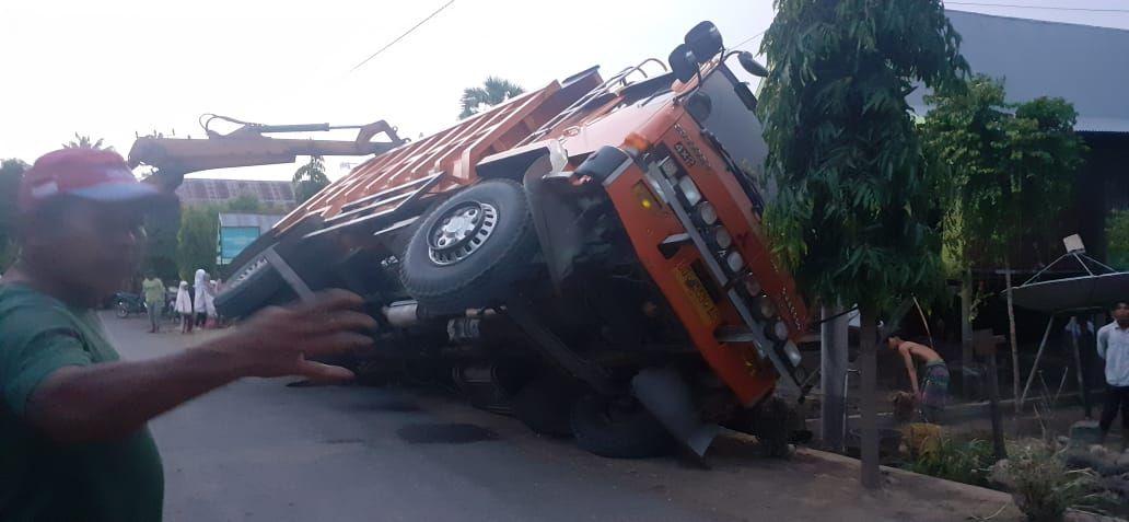 Muat Aspal Hotmix 18 Ton Dump Truck Asal Gowa Terguling Di Jeneponto Mobil Pedesaan Jalan