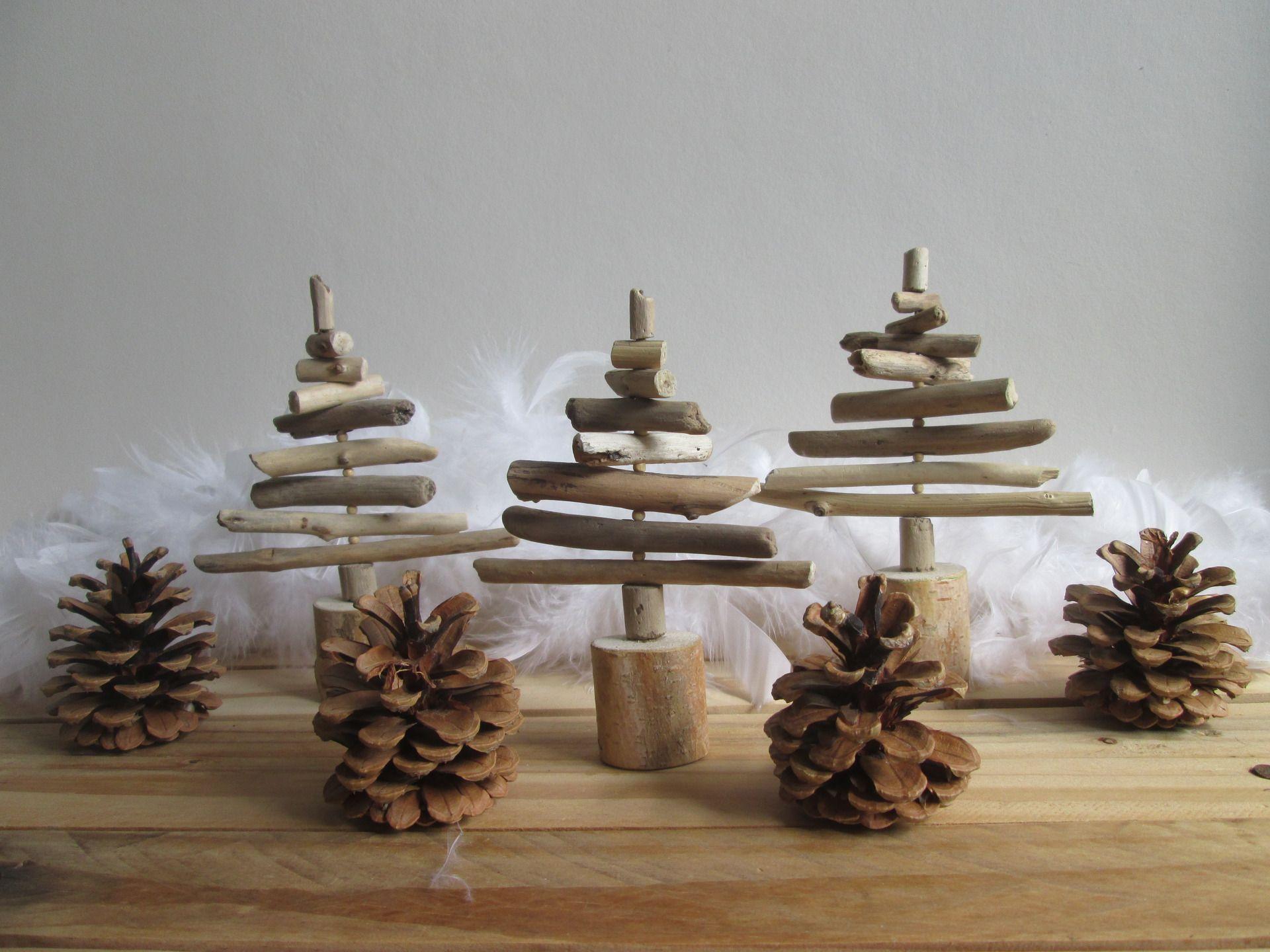 Trio de sapins en bois flottés et pommes de pin - décoration de ...