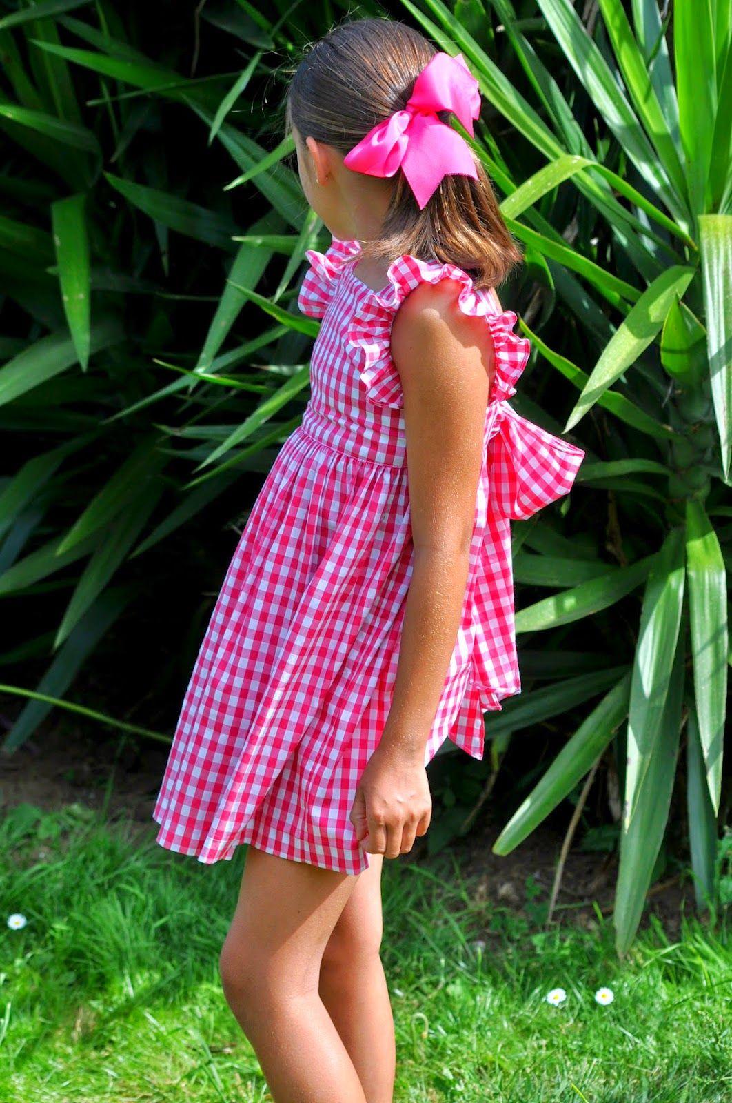 Vistiendo a tres tropezando dos veces red checkered dress