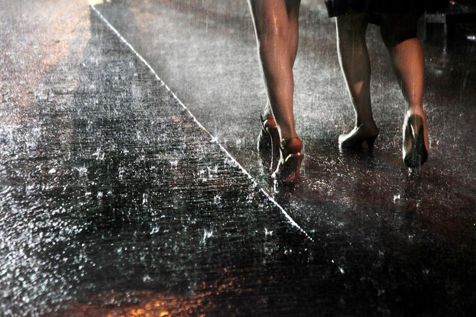 Hong-kong in the rain . Talons à l'eau 60x90 cm © Christophe Jacrot