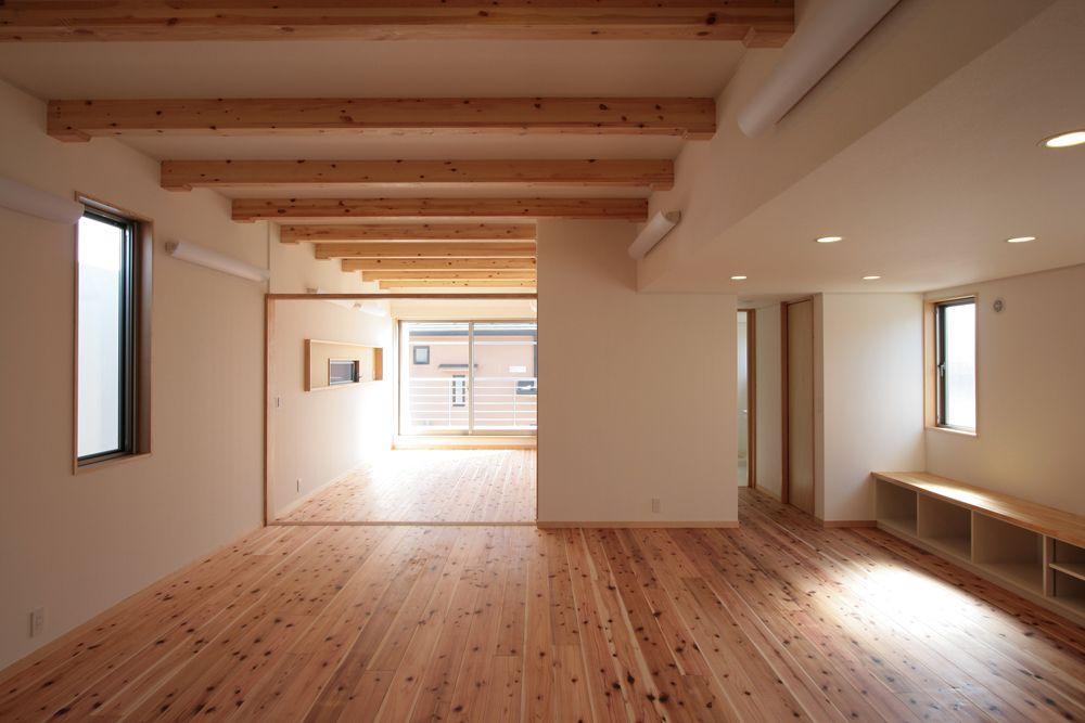 無垢フローリングと梁見せ天井が調和したナチュラルな室内 無垢