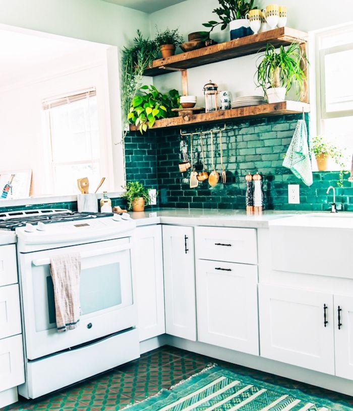 cuisine blanche et verte en l avec meuble bas blanc credence carrelage vert