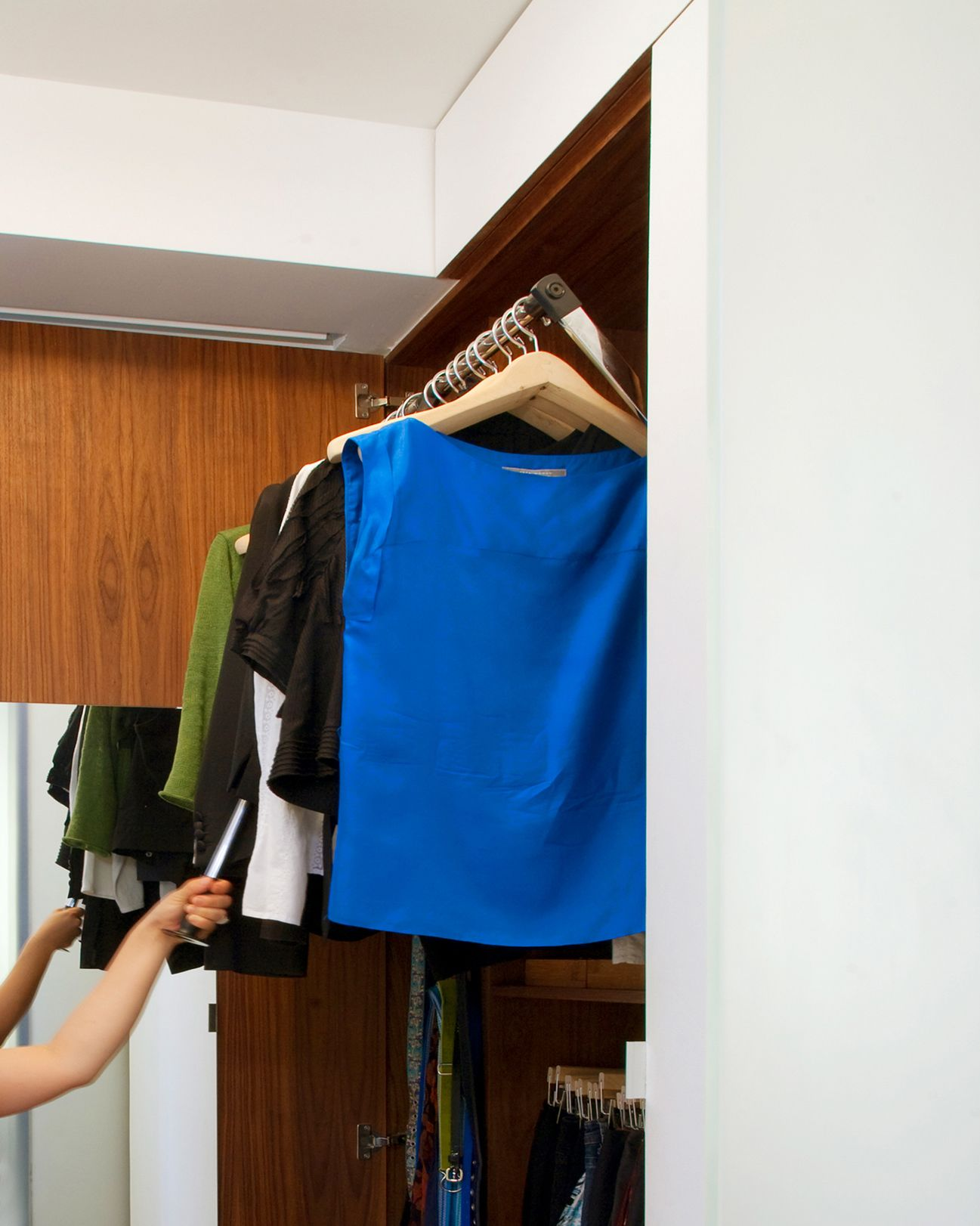 Closet With Pulldown Closetrod To Increase Multifunctionality At The Transformerloft By Studiogarneau A Clever Closet Hardware Loft Modern