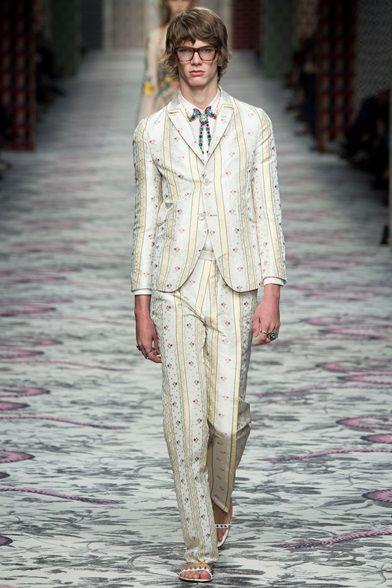 Sfilata Gucci Milano - Collezioni Primavera Estate 2016 - Vogue. Cerca  questo Pin e molto altro su Moda uomo ... 68ed833e965